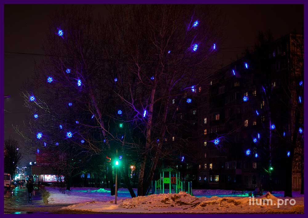 Освещение деревьев снежинками