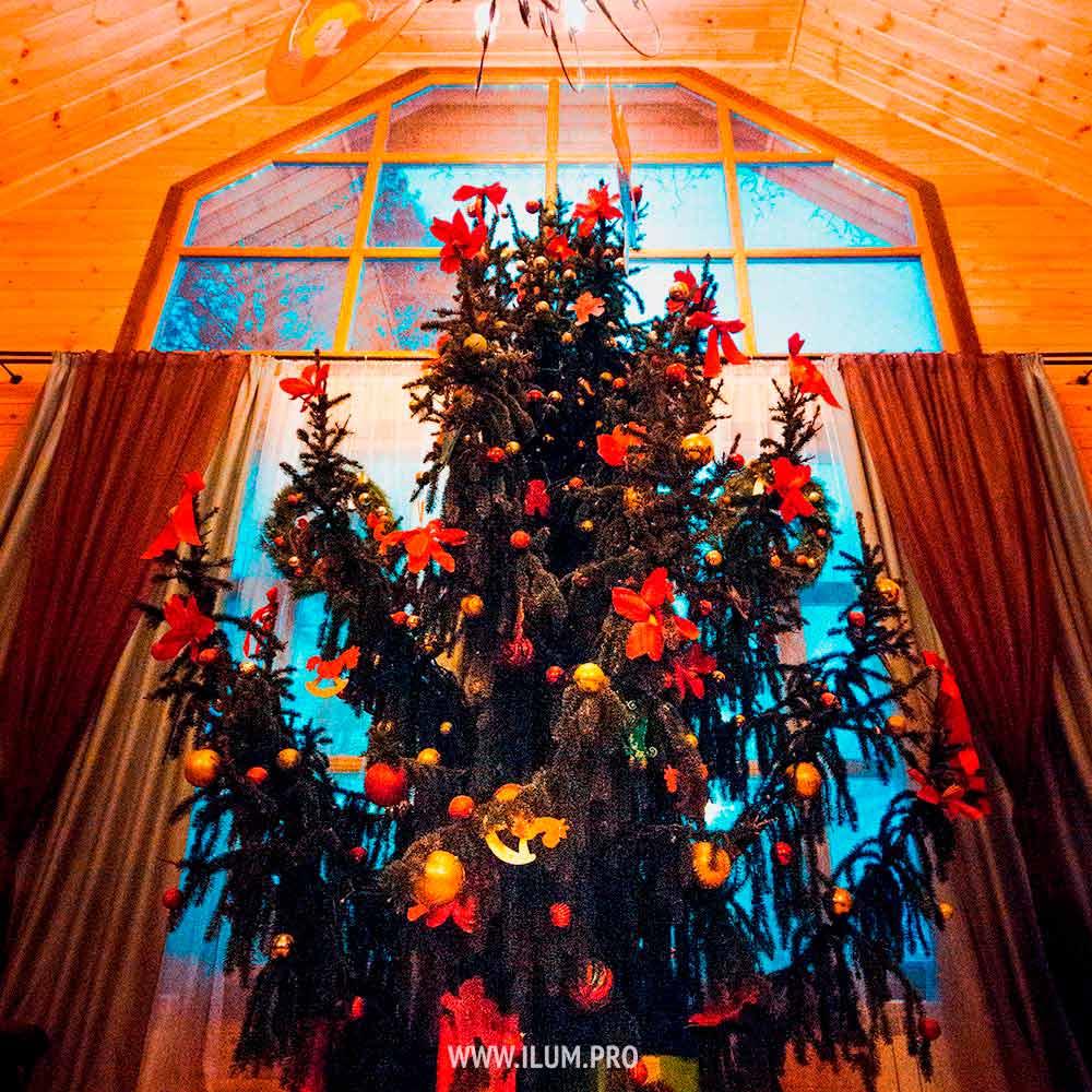 Украшение новогодней ёлки иместа для подарков