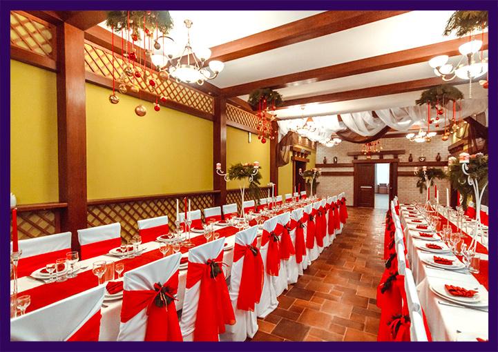 Новогоднее украшение банкетного зала в красных цветах