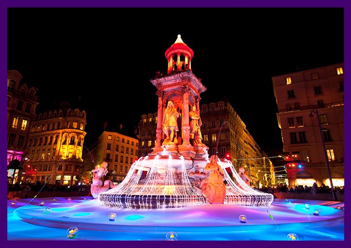 Новогоднее украшение фонтана