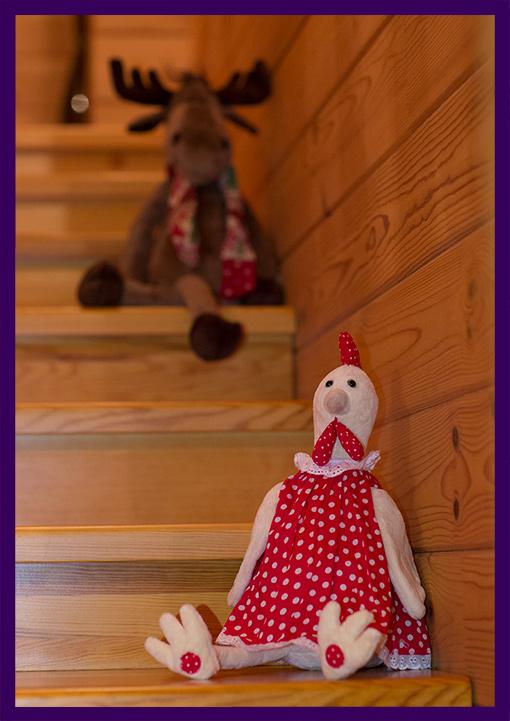 Интерьерные украшения для празднования Нового года. Игрушки курица и лось.