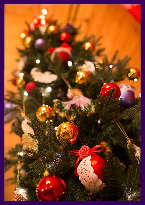 Новогодняя ёлка в игрушках для дома