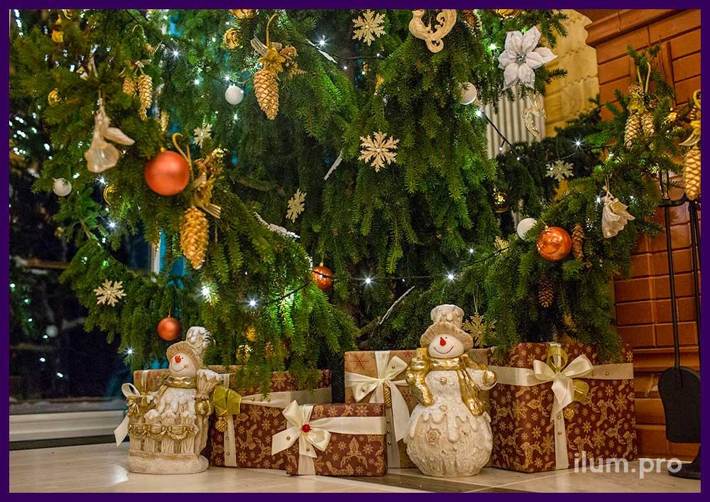 Украшение вокруг новогодней ёлки