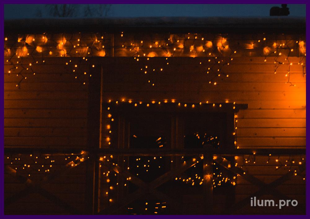 Гирлянды на крыше и окнах к Новому году