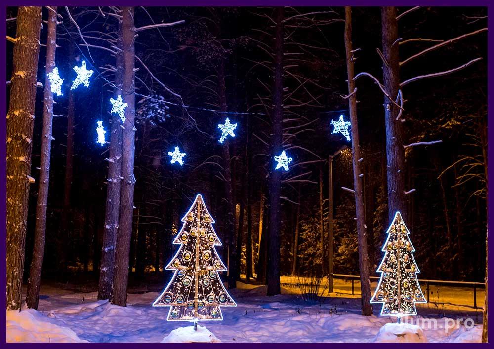 Ёлки и звёзды из алюминия и гирлянд. Уличные украшения на Новый год.