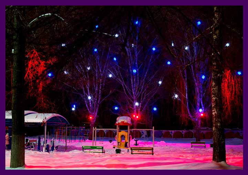 Оформление деревьев светодиодными снежинками и цветными прожекторами