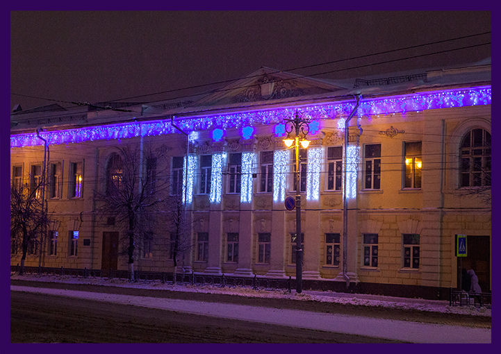 Украшение фасада школы во Владимире