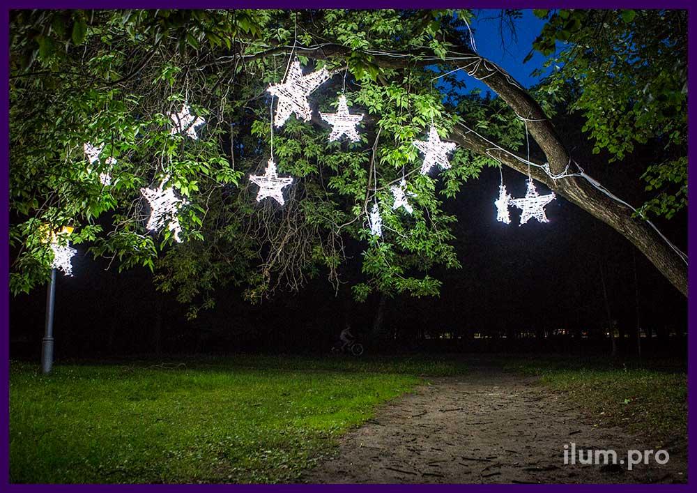 Звёзды с гирляндами на дереве