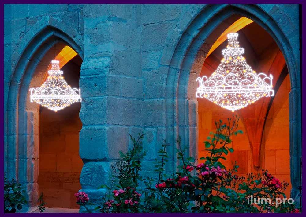 Украшение фасада на новый год. Люстры из алюминия и гирлянд для украшения фасада.