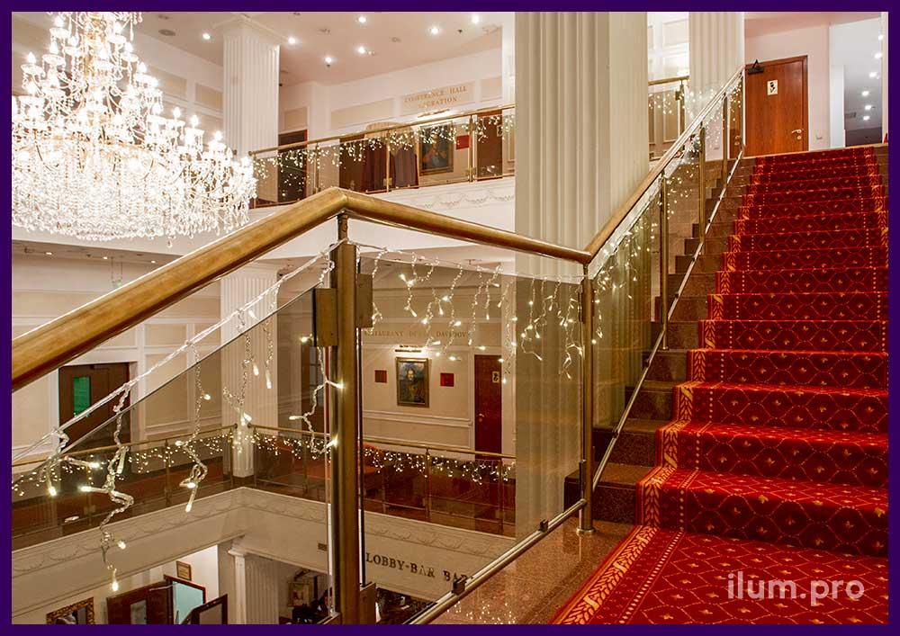 Светодиодные гирлянды на перилах в отеле на Новый год