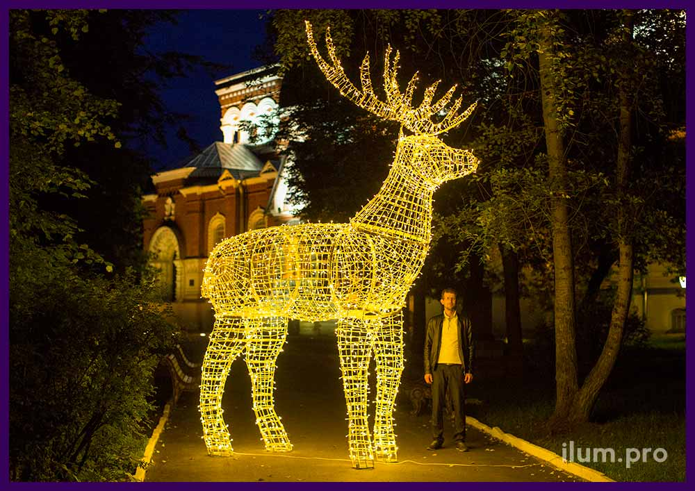 Светящийся олень с гирляндами для украшения улицы