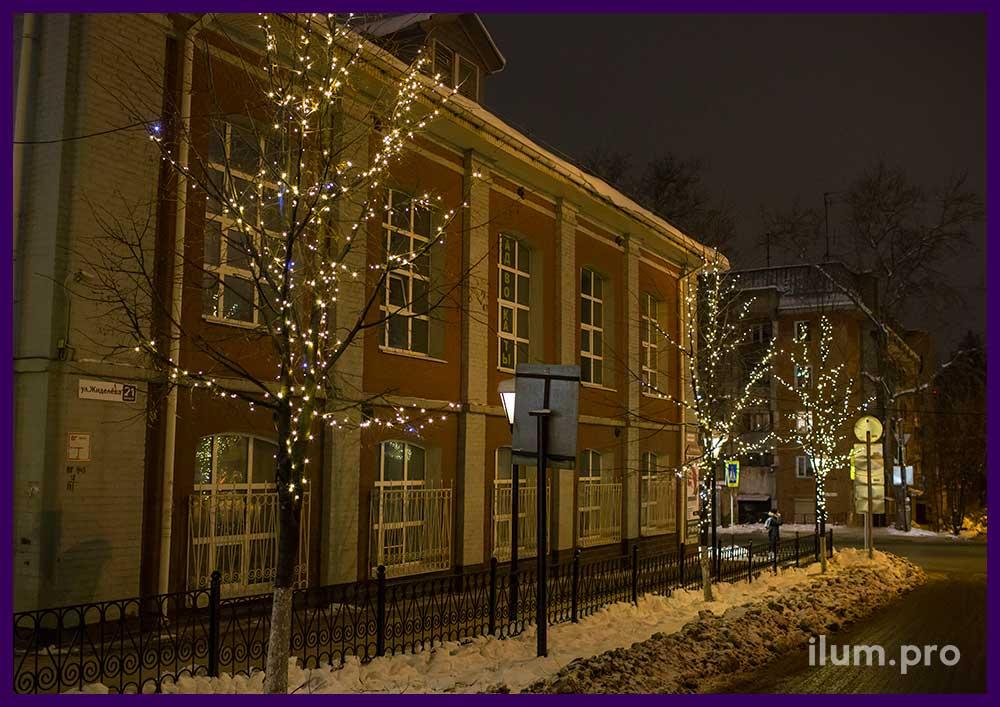 Новогоднее украшение деревьев гирляндами