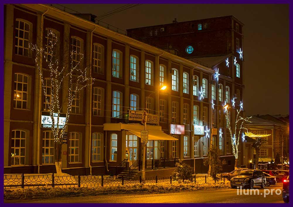 Украшение фасада и деревьев к Новому году
