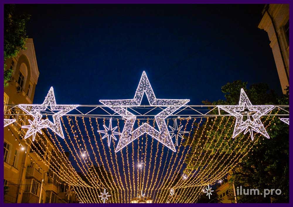 Светящиеся звёзды на арке и гирлянды звёздное небо