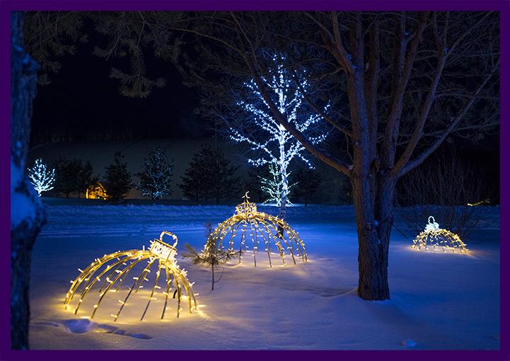 Уличное украшение на новый год из светящихся шаров