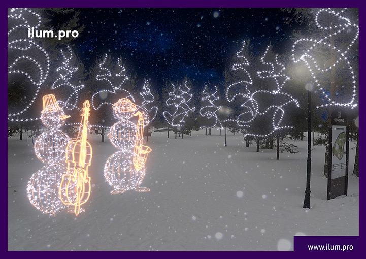 Новогоднее украшение деревьев и световые фигуры снеговиков