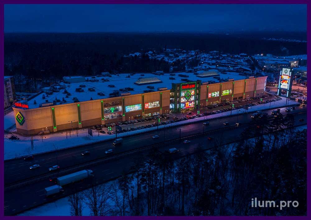 Светящиеся фигуры Деда Мороза и Снегурочки из гирлянд