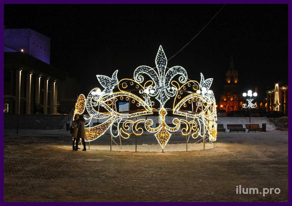 Маска, корона, диадема на Театральной площади города Владимир