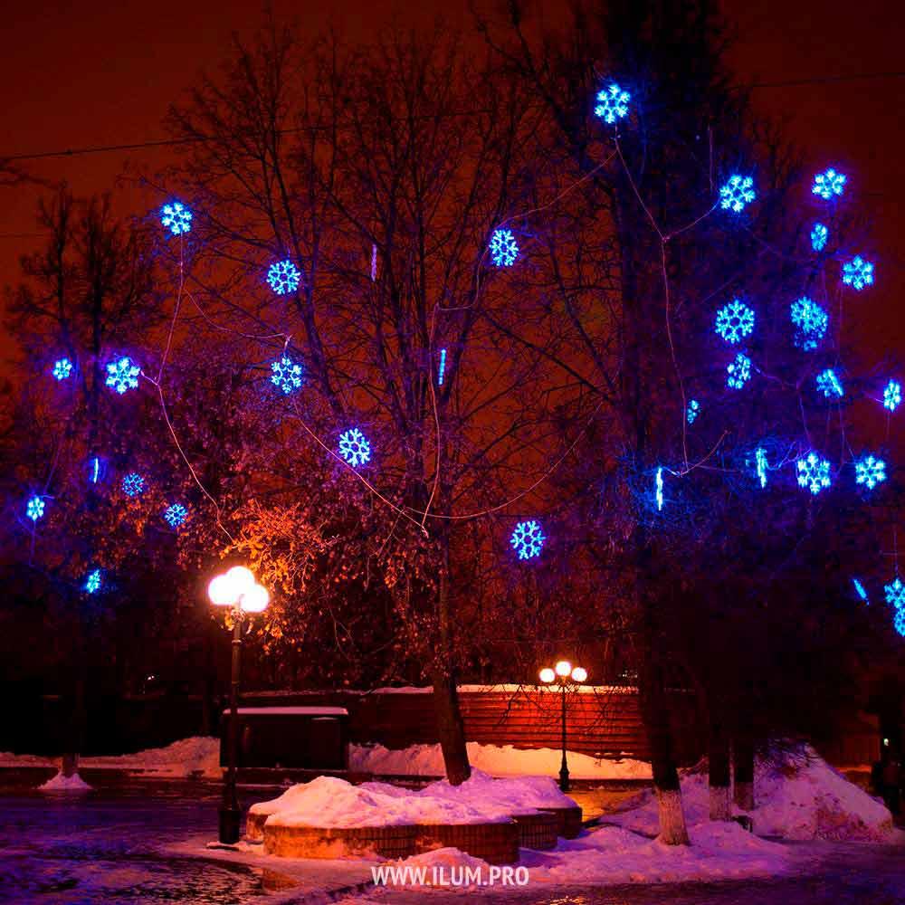 Освещение деревьев светодиодными снежинками