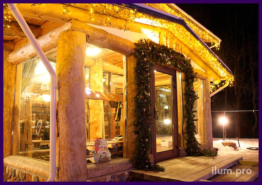 Подсветка частных домов гирляндами и украшение хвойным декором