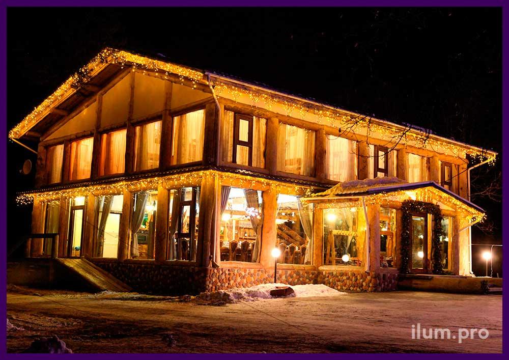 Новогоднее оформление фасада дома иллюминацией и декором
