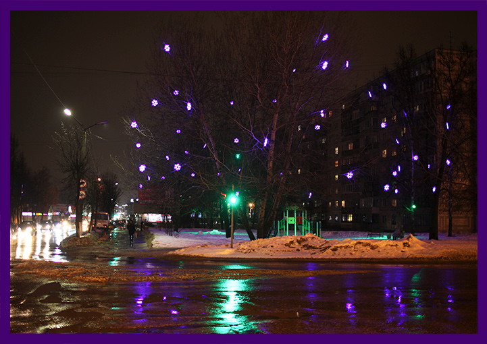 Подсветка деревьев светодиодными снежинками
