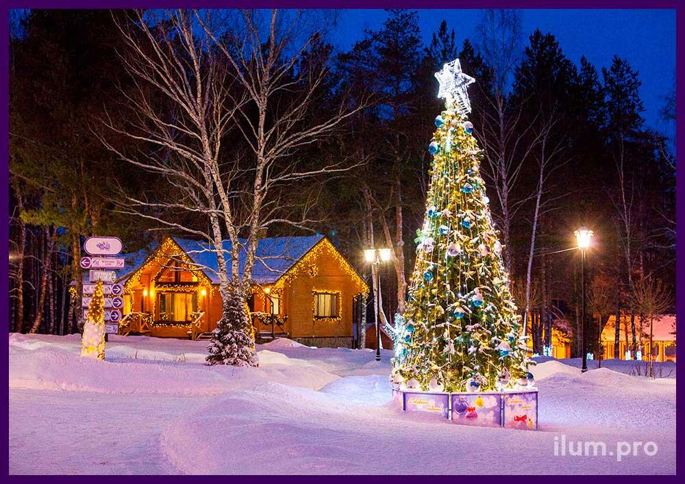 Уличная новогодняя ёлка с макушкой, звёздами и гирляндами и украшенный гирляндами дом