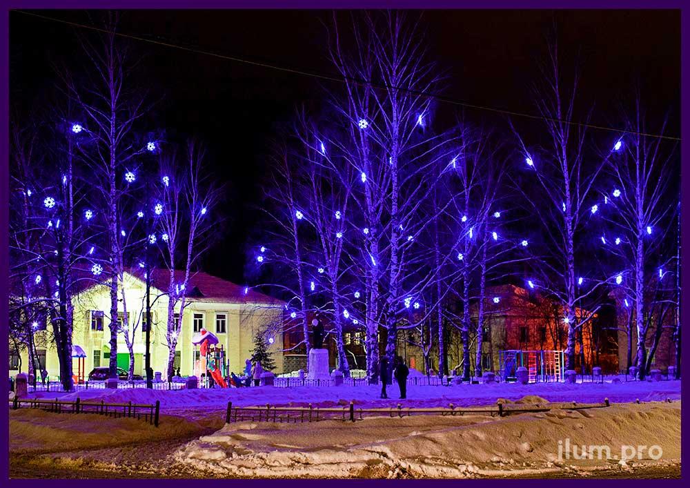 Светодиодные снежинки из дюралайта на деревьях в парке