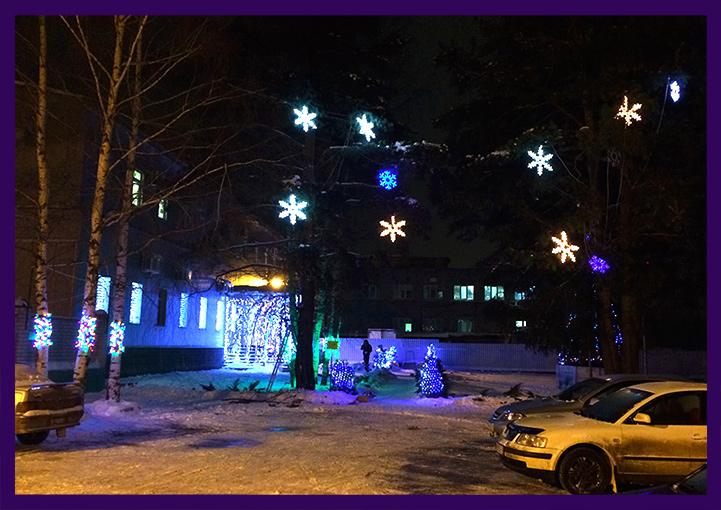 Светодиодные снежинки и гирлянды перед заводом