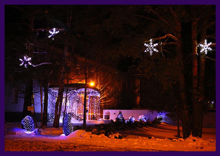 Оформление завода светодиодными снежинками и гирляндами в новогодние праздники