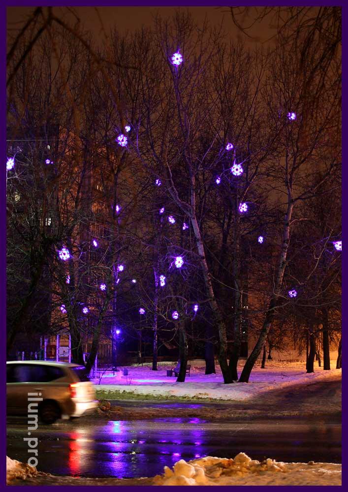 Светодиодные снежинки из дюралайта на деревьях на Новый год