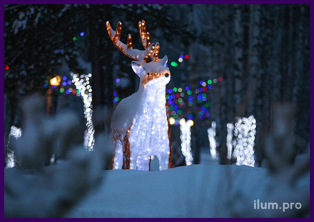 Световая акриловая фигура олень на фоне украшенной гирляндами территории