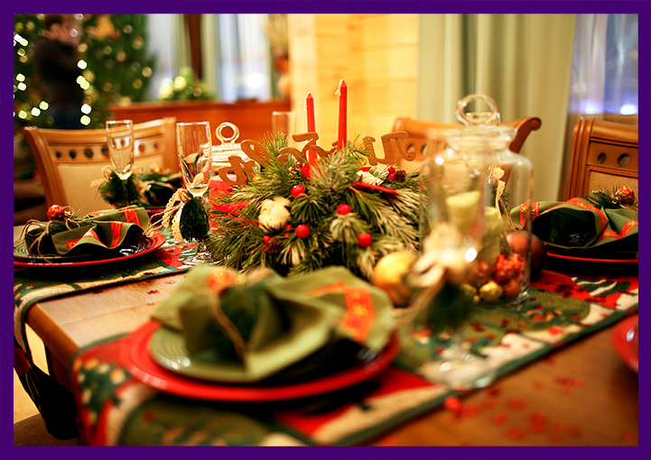Украшение стола к Новому году хвойными композициями