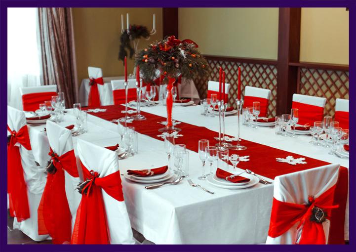 Новогоднее украшение стола красными тканями