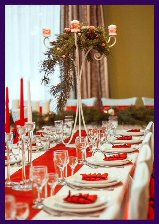 Хвойные декорации со свечами для стола