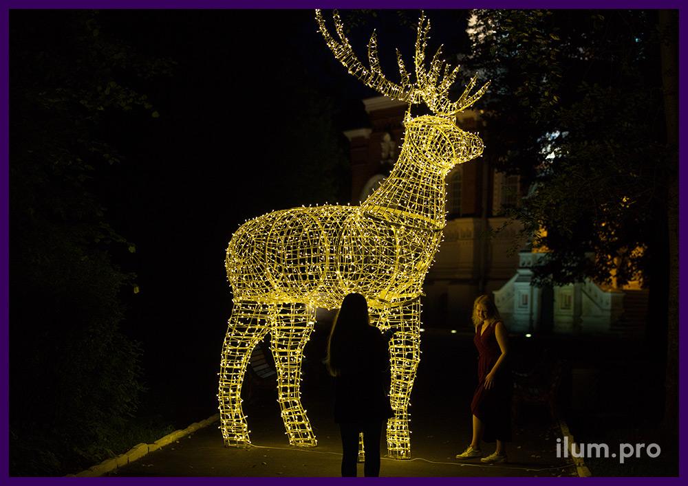 Олень с подсветкой из алюминия и гирлянд для украшения парка к новогодним праздникам