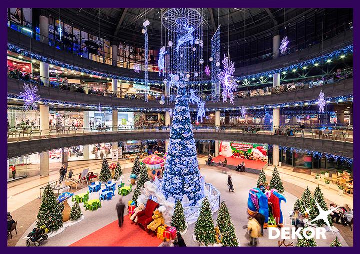 Новогоднее украшение гирляндами и световыми фигурами атриума торгового центра