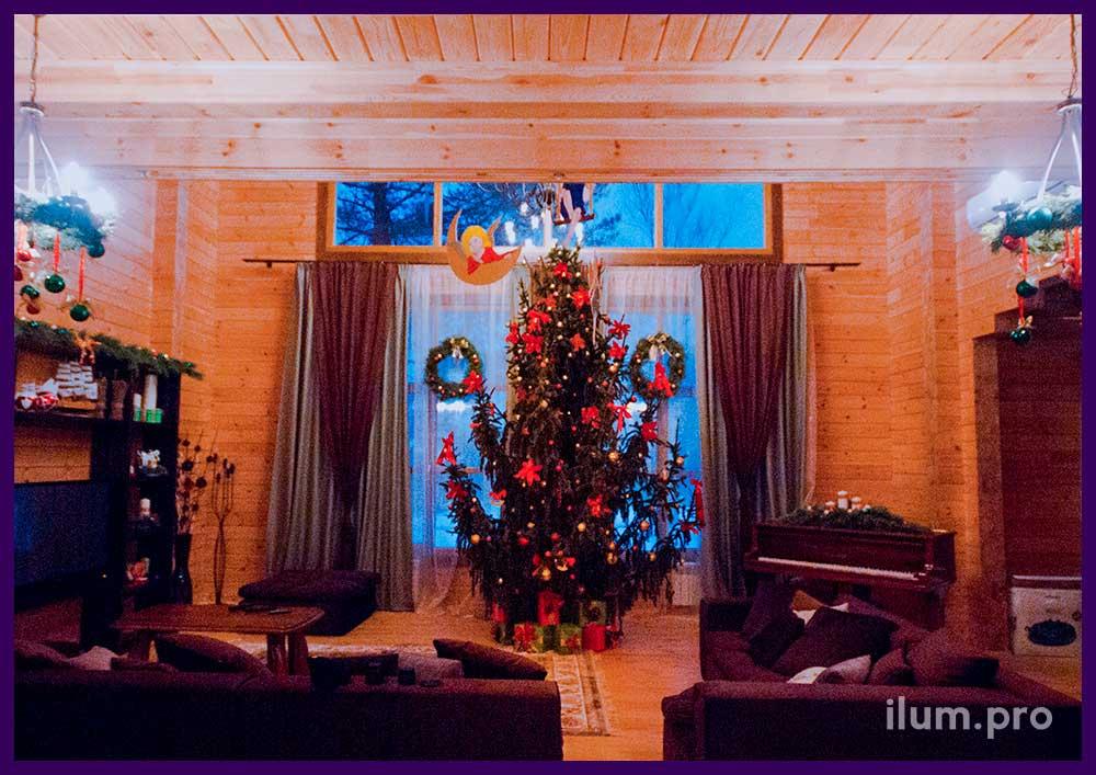 Новогоднее оформление интерьера частного дома, ёлка и рождественские венки