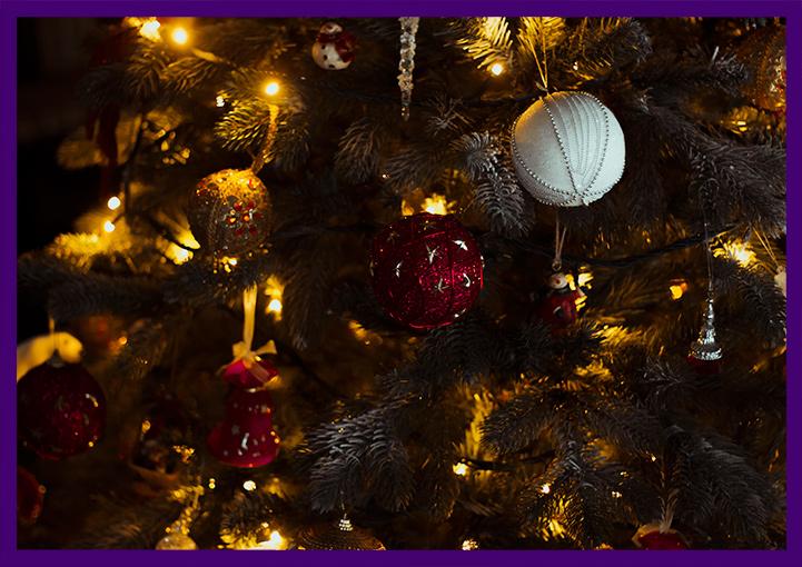 Новогодний интерьер, ёлочные игрушки и хвоя