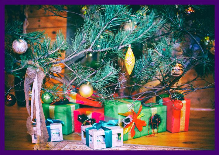 Оформление живой ёлки подарочными коробками