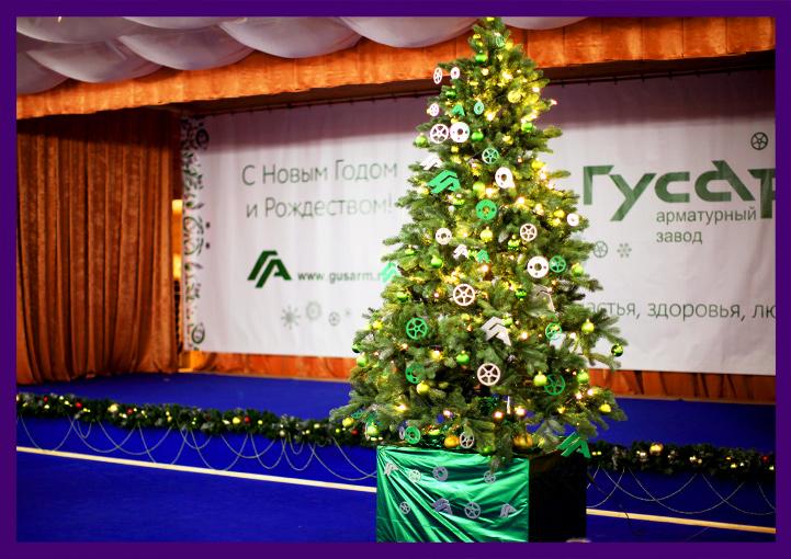 Украшенная ёлка и сцена в банкетном зале на Новый год