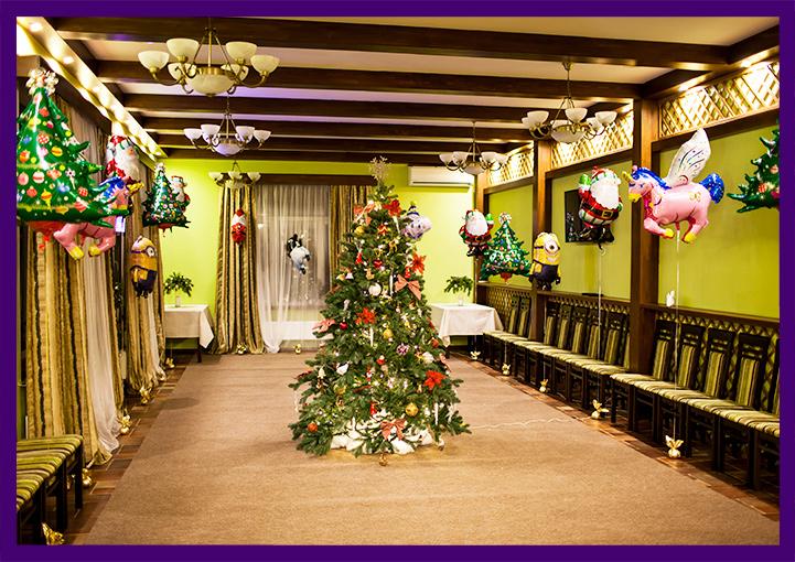 Украшение новогодней ёлки с игрушками и гирляндами и надувные шары