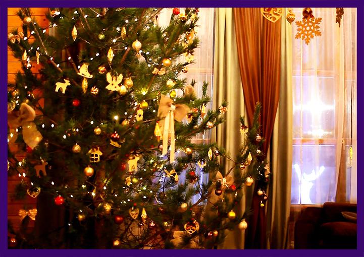 Украшение новогодней ёлки и интерьера игрушками и гирляндами
