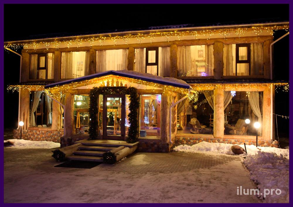 Подсветка крыши частного особняка гирляндами и украшение входа