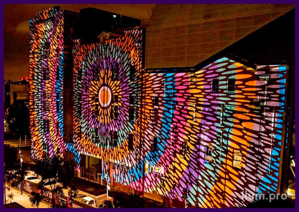 Разноцветная проекция на многоэтажный фасад здания
