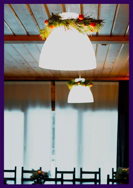 Хвойные венки на плафонах ламп