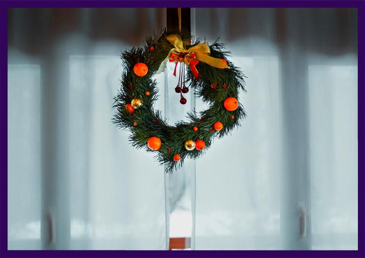 Рождественские венки с мандаринами и бантами
