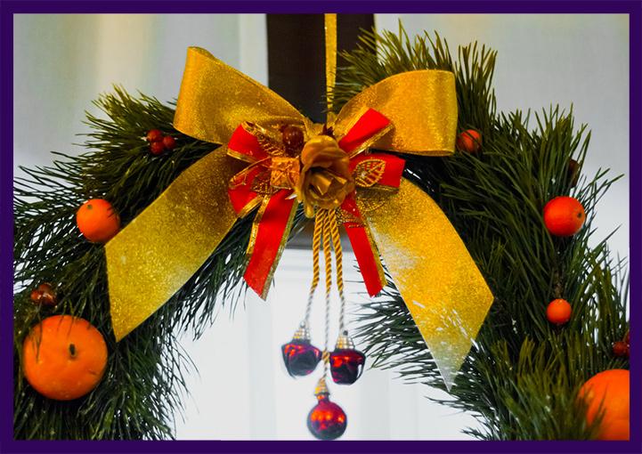 Рождественский венок с мандаринами и атласными бантами