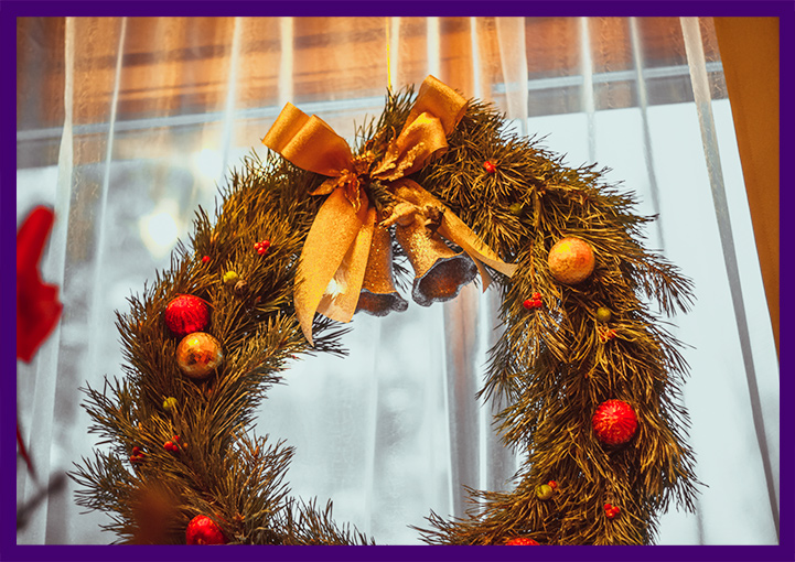 Рождественские венки с игрушками и ягодами для частного дома