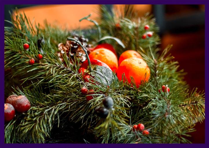 Новогодний декор из натуральной хвои с шишками, ягодами и мандаринами